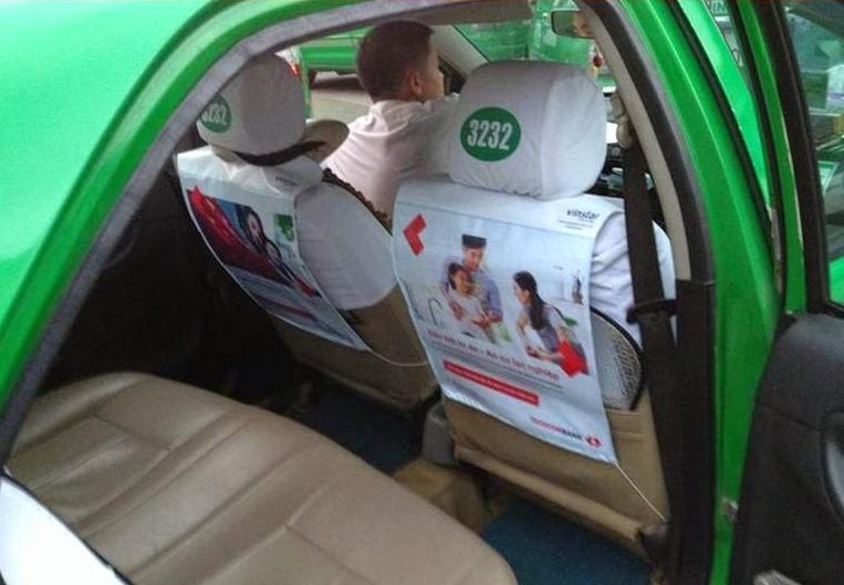 Quảng cáo túi treo bên trong taxi