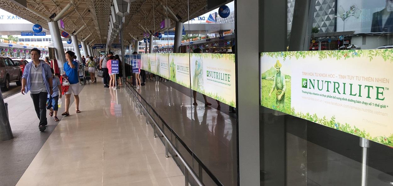 Quảng cáo cửa ra vào sân bay