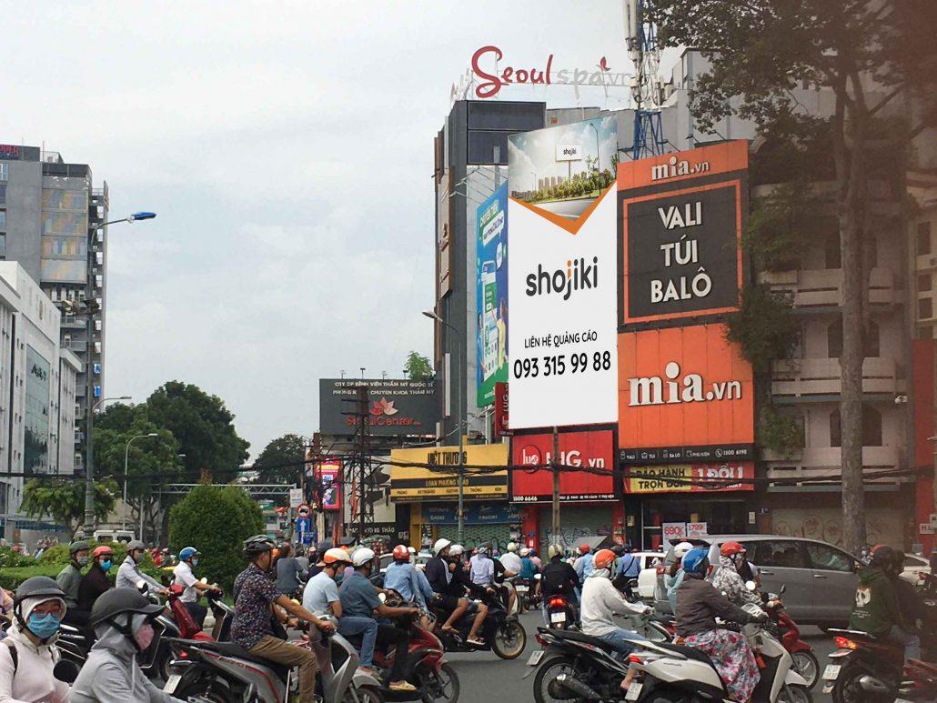 Bảng quảng cáo vòng xoay Dân Chủ, quận 3, Hồ Chí Minh