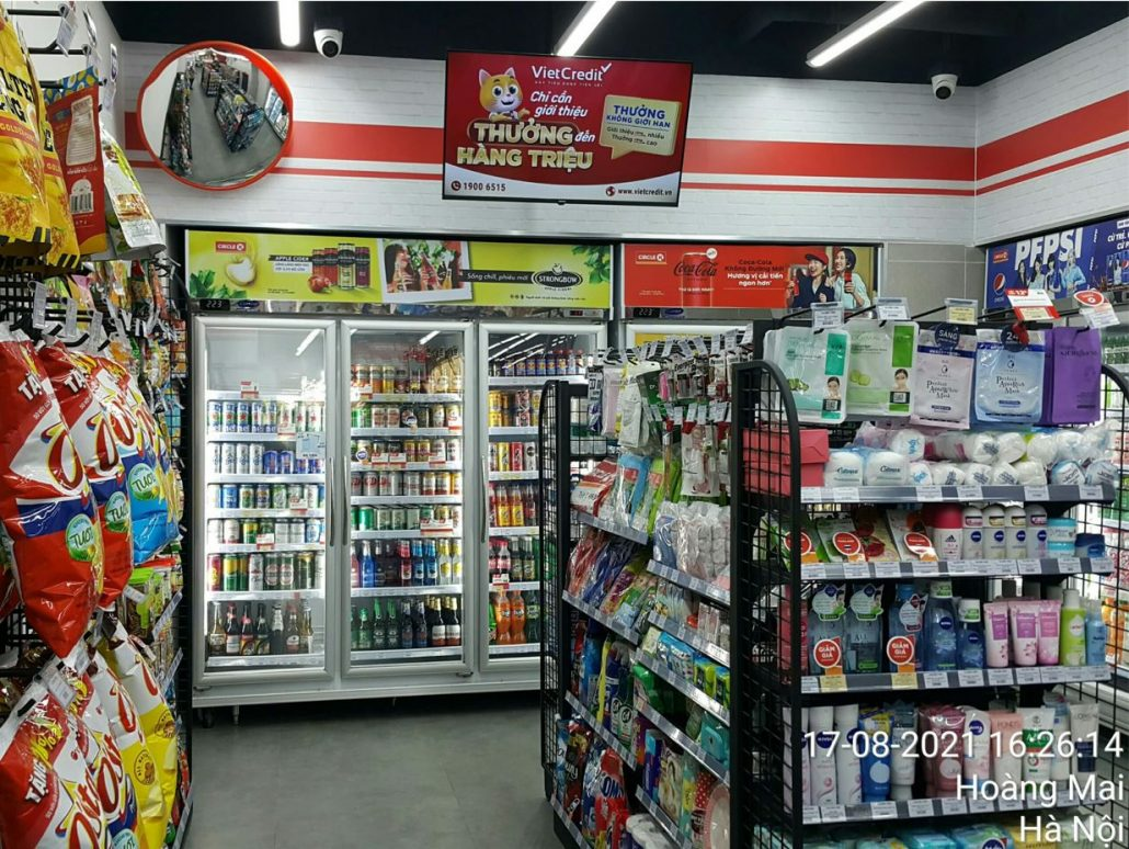 quảng cáo Vietcredit tại màn hình gắn phía trên kệ sản phẩm